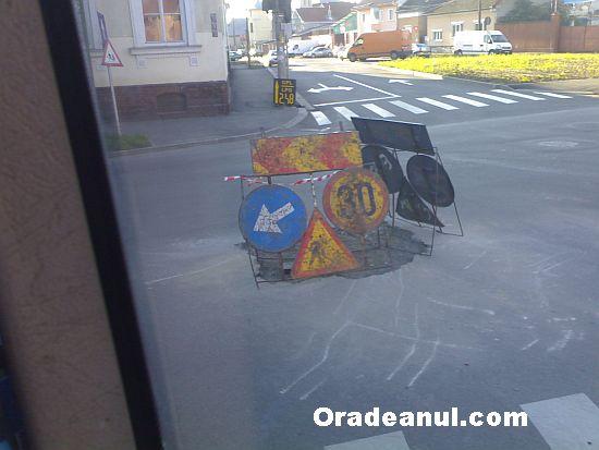 Canal în mijlocul intersec?iei. Made in Romania