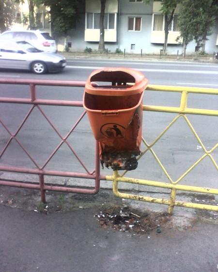 coș de gunoi în stația de tramvai D. Cantemir